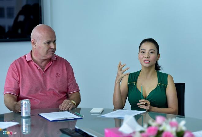 Vợ chồng Thu Minh trong buổi làm việc về căn hộ 85 tỷ đồng