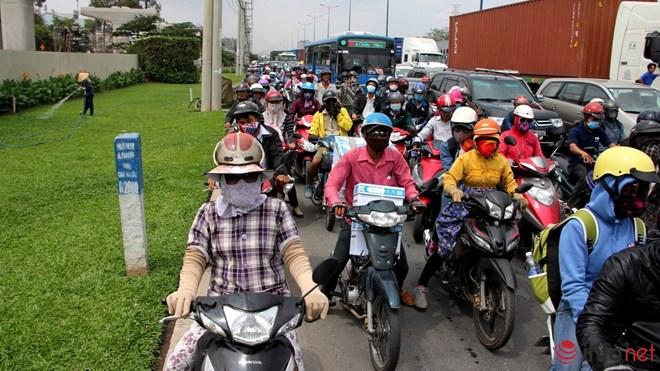 Cảnh kẹt xe tại xa lộ Hà Nội