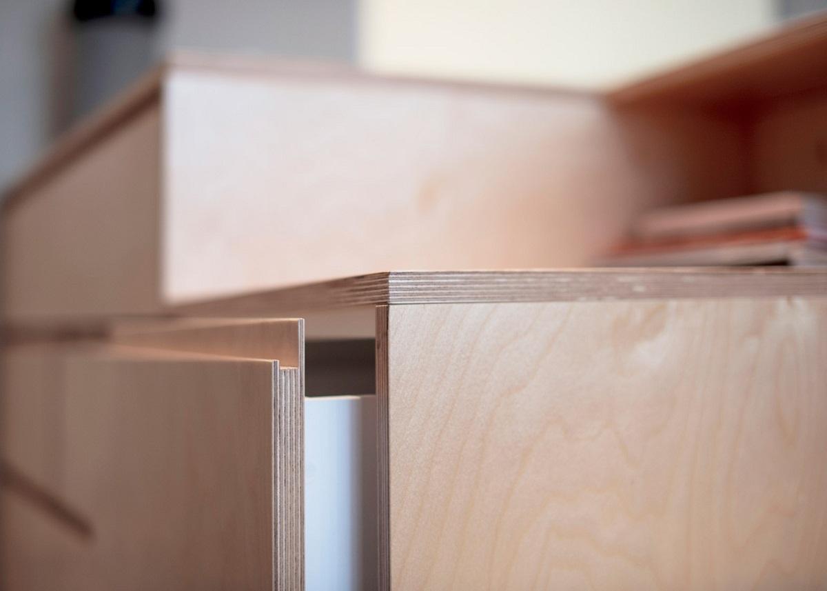 Không có quá nhiều không gian cho những chiếc tủ quần áo, những ngăn tủ kéo bên dưới giường là một giải pháp không gì có thể tuyệt hơn.