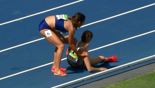 Abbey DAgostino không chạy tiếp mà dừng lại đỡ Nikki Hamblin dậy.