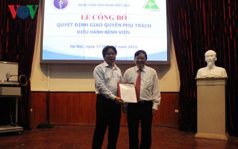 Trao quyết định phụ trách điều hành BV Việt Đức cho Giáo sư Trần Bình Giang, Phó Giám đốc BV Việt Đức