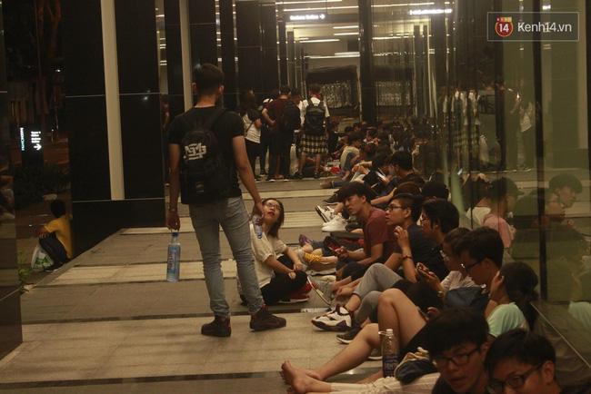 Tối 17/8 các bạn trẻ tập trung khá đông trước Saigon Centre/ Takashimaya - địa điểm đang hot nhất ở Sài Gòn.