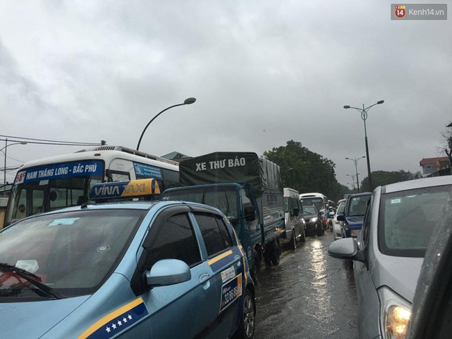Các phương tiện nối nhau hàng dài do ách tắc. Ảnh: Định Nguyễn
