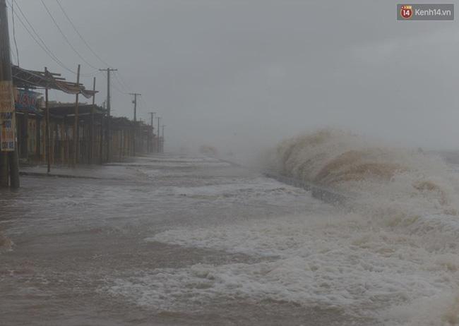 Nước ngập khoảng 40-50cm đường quanh biển. Ảnh: Phương Thảo