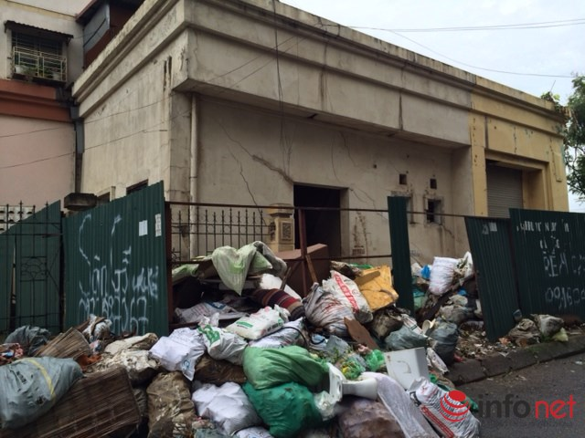 Khu nhà dịch vụ ở tầng 1 của tòa tái định cư A1 Đền Lừ sau khi quây tôn vì nứt vỡ chằng chịt trở thành bãi rác bẩn thỉu giữa khu chung cư.