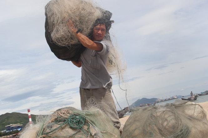 Ngư dân Chu Văn Xuân ở xã Kỳ Lợi, thị xã Kỳ Anh tỉnh Hà Tĩnh cho biết do cá khó bán nên thi thoảng mới ra khơi vì sợ để tàu nằm bờ lâu ngày mưa hư hỏng - Ảnh: Văn Định