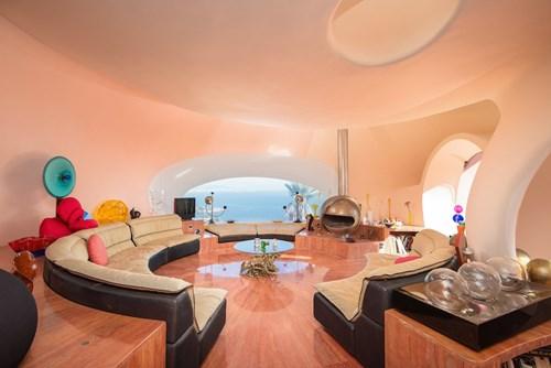 Kiến trúc phòng khách cũng được thiết kế theo chủ đề bong bóng. Ghế sofa cũng được làm thành hình tròn.