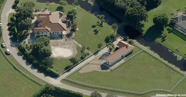 Căn nhà ông mua tại Wellington, với sân chuồng rộng giành cho việc cưỡi ngựa.