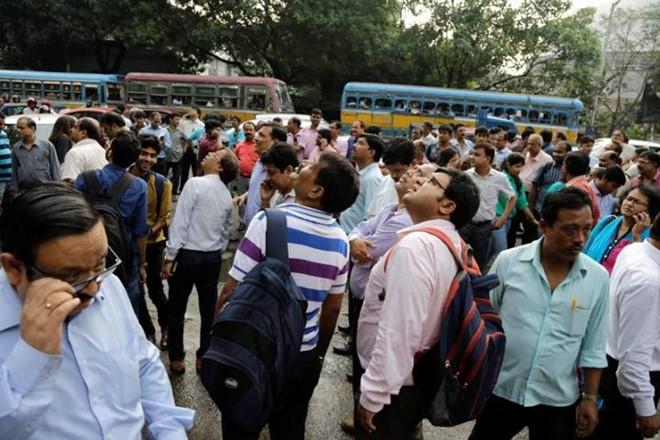 Người dân làm việc ở những tòa nhà cao tầng tại Kolkata , Ấn Độ, đổ ra đường sau khi cảm nhận được những trận rung lắc chiều 24/8. Ảnh: AP