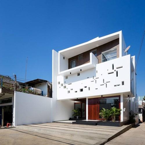 Mặt tiền của căn nhà khá đặc biệt được thiết kế với những ô thoáng lớn nhỏ tạo thành các hình chong chóng vô cùng lạ mắt.