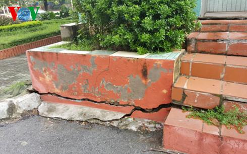 Nhiều vết nứt ở chân đế các tòa nhà khu tái định cư Đồng Tàu.