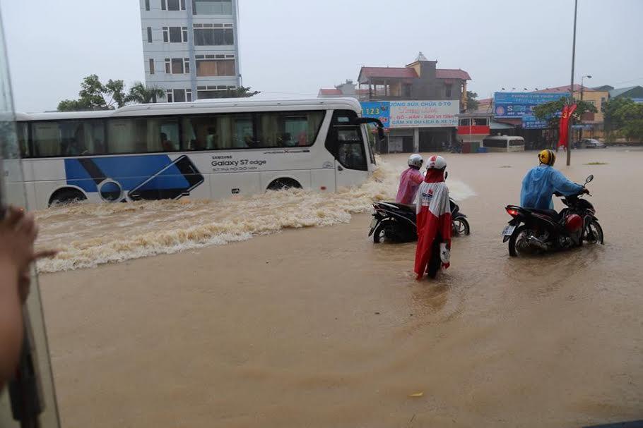 Đoạn qua khu công nghiệp Khai Quang bị ngập sâu. Ảnh: Trần Ngọc Kha