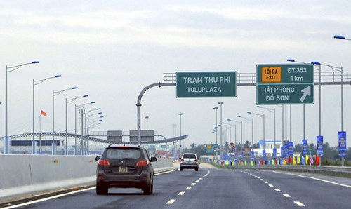 Cả đường cũ (Quốc lộ 5) và đường mới (cao tốc Hà Nội - Hải Phòng) đều có trạm thu phí, người dân đi đằng nào cũng phải trả tiền, không có quyền lựa chọn. Ảnh: Ngọc Châu.