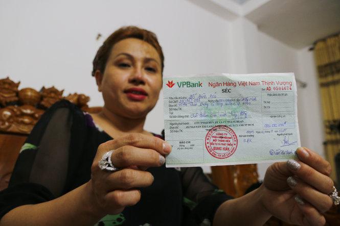 Bà Trần Thị Thanh Xuân (giám đốc Công ty TNHH đầu tư và phát triển Quang Huân), khách hàng của VPBank, vừa qua cho rằng đã bị mất 26 tỉ đồng trong tài khoản - Ảnh: NGỌC DƯƠNG