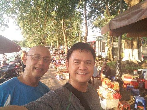 Hai phi công hạnh phúc, hài lòng và vui vẻ khi sống và làm việc tại đất nước Việt Nam xinh đẹp, mến khách.
