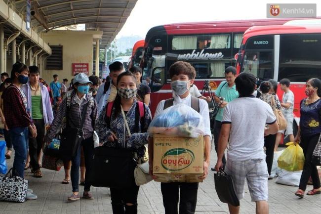 Nhiều bạn sinh viên trở lại thành phố sau kỳ nghĩ lễ với khá nhiều đồ đạc. Ảnh: Định Nguyễn