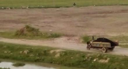 Nhiều xe chở chất thải tập kết gần khu vực giáp danh giữa KCN Bảo Minh với khu vực dân cư sinh sống thuộc xóm Già