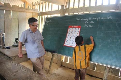 Bức ảnh được chụp lại vào tháng 8/2014 khi Giáo sư Châu đến thăm các em học sinh nghèo hiếu học... Ảnh: Facebook