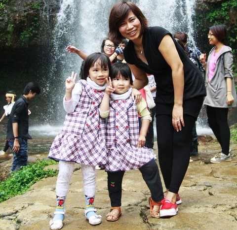 Chị Thu Hà cùng 2 cô con gái Xu, Sim.