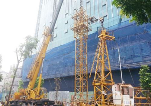 Công việc lắp đặt cẩu trục tháp đang được Công ty Phương Bắc tiến hành khẩn trương