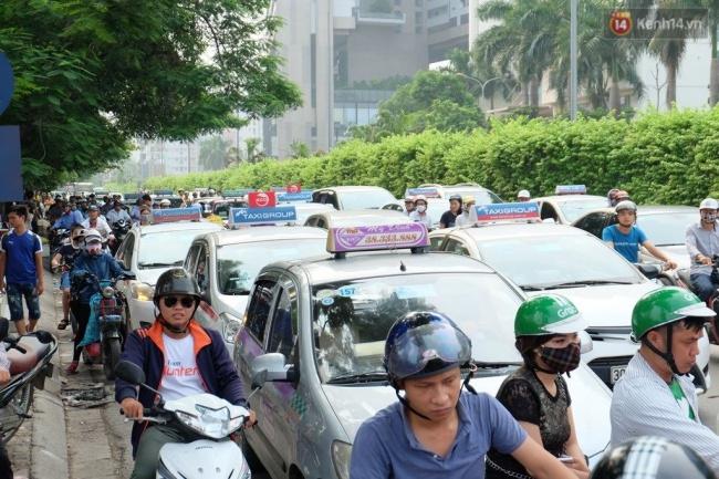 Đường Nguyễn Hoàng ngay cạnh bến xe Mỹ Đình dày đặc xe taxi đón trả khách. Ảnh: Định Nguyễn