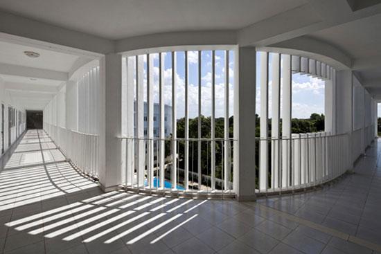 Tất cả các phòng học đều được kết nối với không gian nửa bên ngoài này. Đây cũng là nơi mà học sinh và giáo viên có thể trò chuyện. Công trình Trường học ở Bình Dương đã xuất sắc đoạt giải thưởng cao tại Lễ hội kiến trúc thế giới 2013 (World Architecture Festival - WAF).