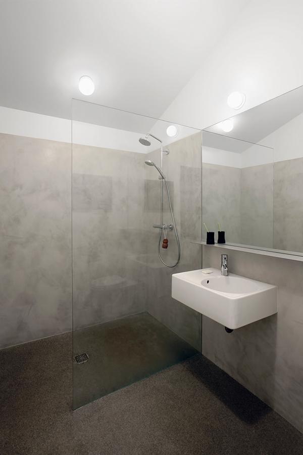Khu vực nhà tắm được thiết kế vô cùng đơn giản với tấm kính lớn ngăn giữa khu vực tắm và bồn rửa giúp không gian trở nên rộng rãi hơn rất nhiều.