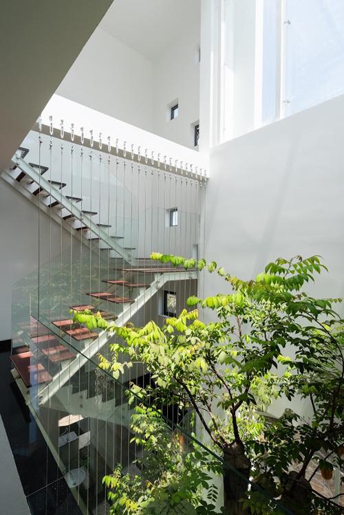 Tòan bộ hệ thống lan can cầu thang trong ngôi nhà được làm bằng kính trong suốt mang đến không gian thoáng rộng đến không ngờ.