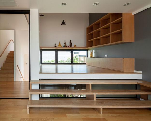Nội thất bên trong cả ngôi nhà phần lớn được làm từ gỗ sáng màu mang tới không gian thoáng sáng và rất thân thiện với con người.