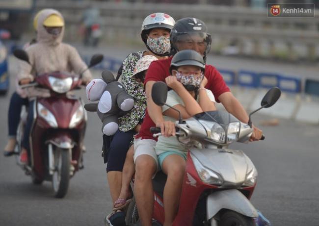 Nhiều gia đình ở quanh khu vực Thủ đô chọn giải pháp di chuyển bằng xe máy để tránh cảnh chen lấn trên xe khách. Ảnh: Phương Thảo