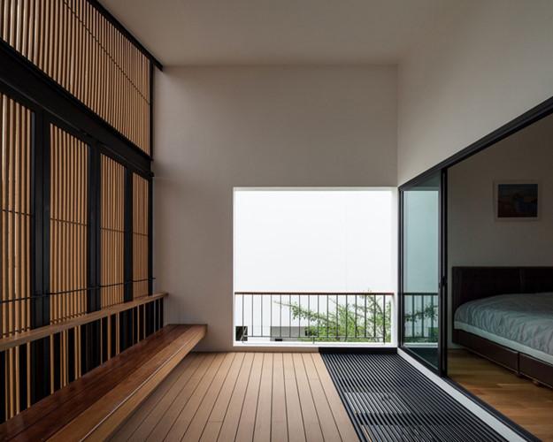 Không chỉ giống nhau về cách bố trí phòng khách, hiên nhà mà cả 2 ngôi nhà đều được thiết kế với 3 phòng ngủ, 4 phòng tắm cùng các hệ thống bếp, nhà vệ sinh giống nhau.