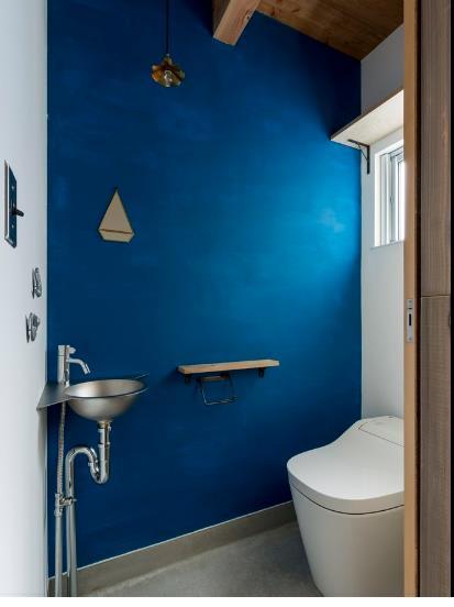 Khu vực vệ sinh thông thoáng, sạch sẽ được với bức tường xanh đậm mát mắt.