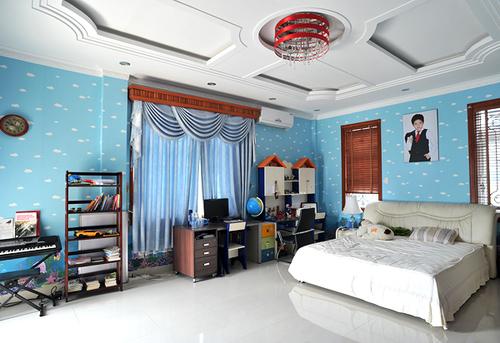 Phòng của cậu con trai cưng lại được thiết kế với gam màu xanh mát mắt.