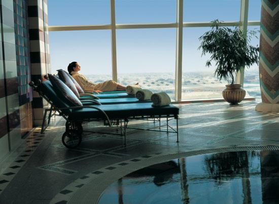 Khu vực spa thư giãn nhìn ra đường chân trời Dubai.