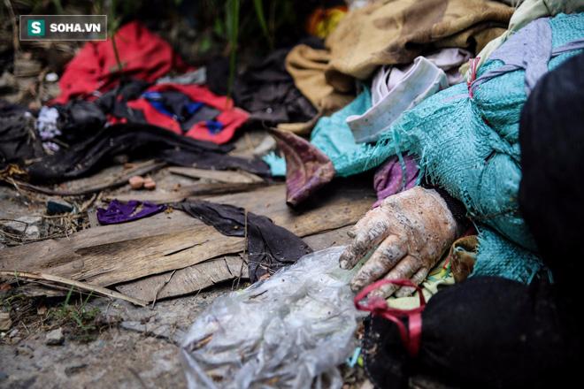 Nhiều người sẽ hoảng hồn khi thấy bàn tay của một bức tượng trong đống rác.