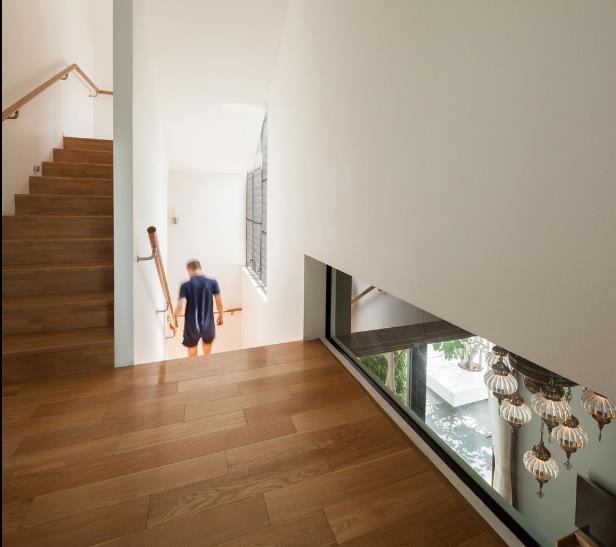 Toàn bộ hệ thống sàn nhà và cầu thang đều được ốp gỗ cùng một tông màu.
