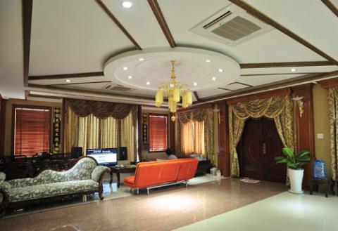 Phòng làm việc của chồng Trang Nhung – doanh nhân Ngô Nhật Phương được thiết kế với tông màu vàng nhạt vô cùng sang trọng.