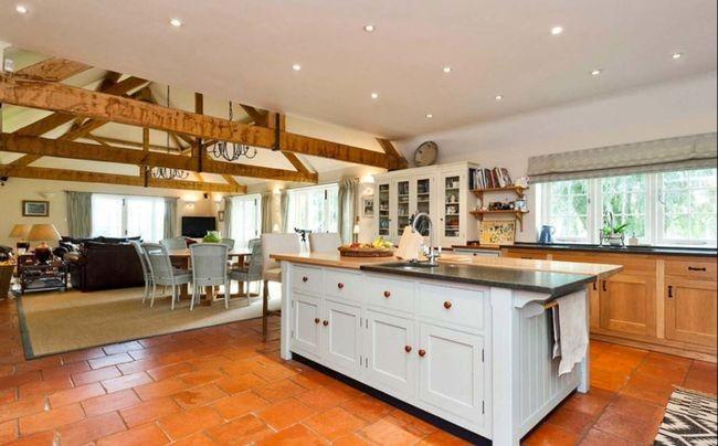 Các thanh xà gỗ trên trần cùng sàn gỗ mang đến cảm giác giản dị cho căn nhà.
