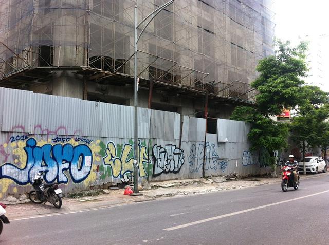 Do bỏ hoang lâu ngày, các tấm tôn rào quanh dự án đã bị vẽ bẩn lem nhem gây mất mỹ quan đô thị.