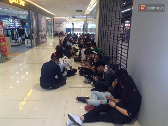 Mọi người đều kiên nhẫn đợi đến lượt mình vào trong cửa hàng.