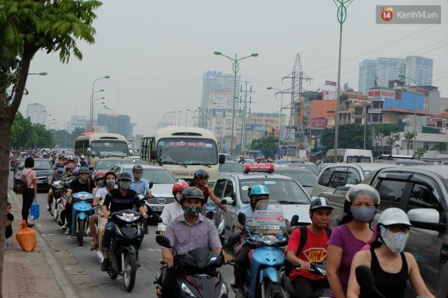 Khu vực đường Phạm Văn Đồng mật độ phương tiện khá đông, tuy nhiên vẫn có thể di chuyển chậm. Ảnh: Định Nguyễn