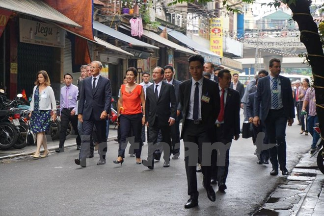 Khoảng 14 giờ, Tổng thống Pháp bắt đầu đi từ phố Hàng Chĩnh vào Mã Mây. (Ảnh: Minh Sơn/Vietnam+)