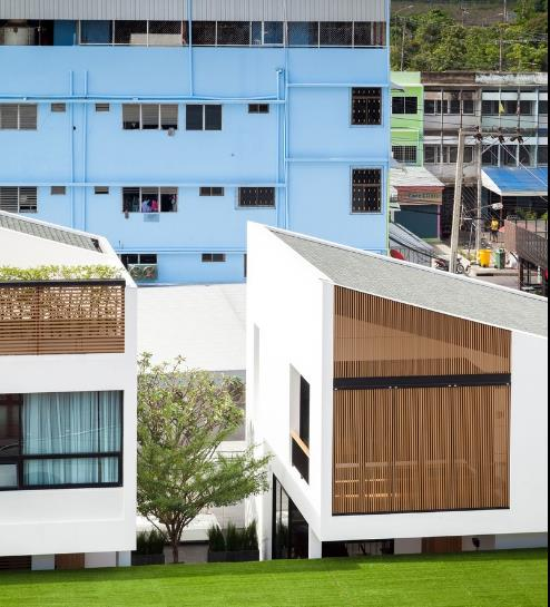 Khu nhà nổi bật giữa dẫy phố với thiết kế giống hệt nhau.