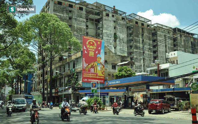 Một chung cư cũ khác cũng đã được di dời hết là chung cư 727 Trần Hưng Đạo (quận 5), nay đã được rào lại. Từ lâu, nơi này đã bị đồn thồi là chung cư ma, với những câu chuyện đầy u ám.