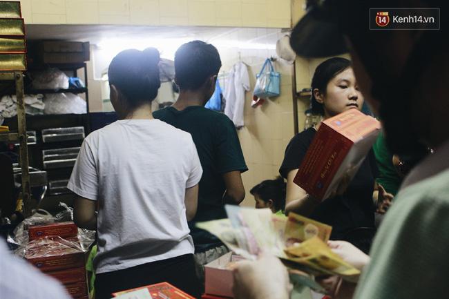 Khoảng thời gian 7-9h tối cũng là lúc cao điểm mọi người đổ xô đi mua bánh.