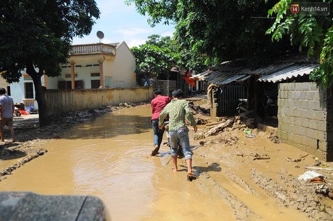 Nhiều tuyến đường ở xã Quang Kim, Bát Xát vẫn bị ngập bùn sâu, bà con đi lại gặp nhiều khó khăn.