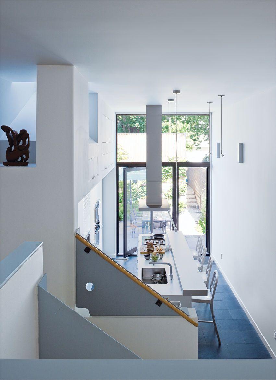 Sàn xanh dương cùng tường trắng kết hợp hoàn hảo với nội thất.