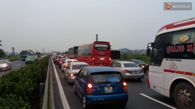 Khu vực quốc lộ 1A theo hướng về Hà Nội ùn tắc dài hơn 7km. Ảnh: Thế Long