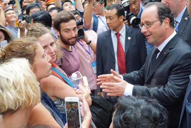 Ngài Tổng thống gặp 2 đoàn du khách Pháp và đã nói chuyện rất thân tình. (Ảnh: Minh Sơn/Vietnam+)