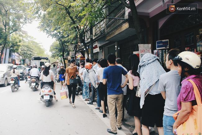 Và dù buổi sáng, trưa, chiều hay tối thì người dân vẫn kiên nhẫn chờ đợi.